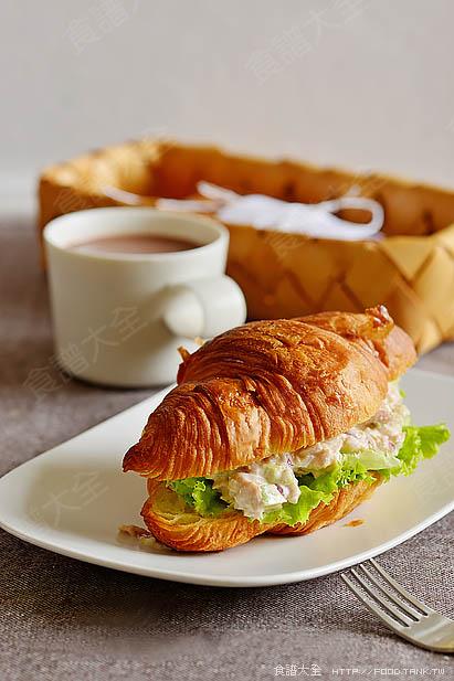 可頌鮪魚酪梨三明治