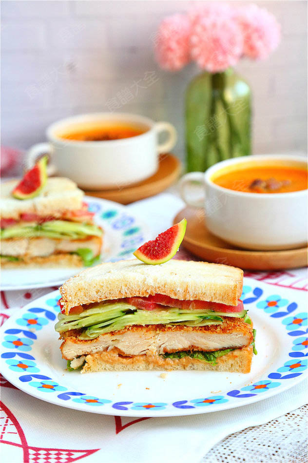 豐盛的早餐烤雞排三明治
